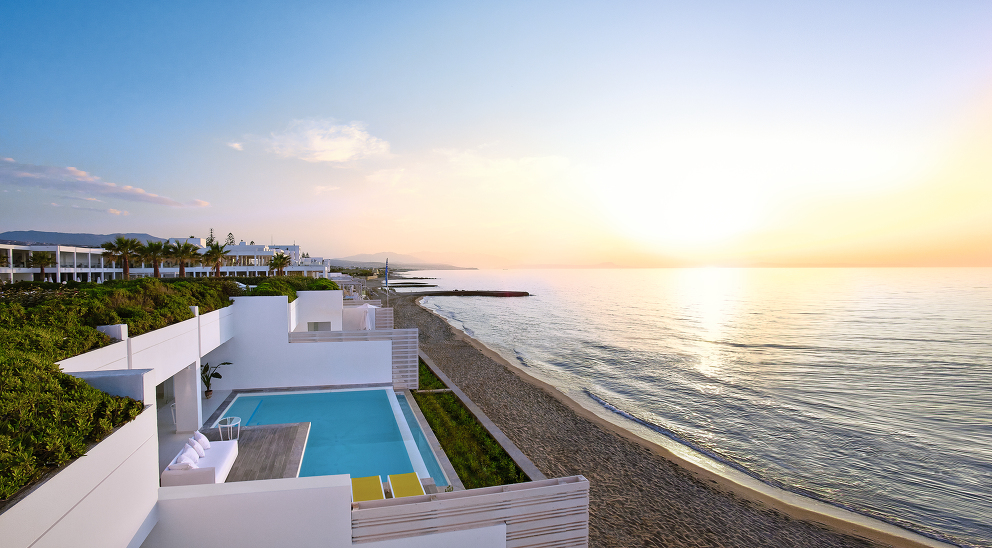 02-The-White-Palace-on-the-Beach-is-All-About-the-View-to-the-Blues-of-the-Sea_72dpi.jpg